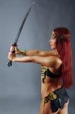 Espada da terra arrendada da mulher do guerreiro em sua mão Fotos de Stock Royalty Free