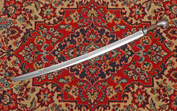 Espada de cavalaria Circassian em uma bainha no tapete Foto de Stock