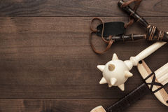 Espada de madeira feito a mão, macis e estilingue do brinquedo do treinamento Fotos de Stock