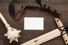Espada de madeira feito a mão, macis e estilingue do brinquedo do treinamento Fotografia de Stock Royalty Free