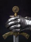A espada do cruzado e da luva do cavaleiro fotos de stock