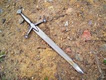 Espada en fondo de la suciedad de la grava Fotografía de archivo libre de regalías