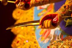 Espada en la mano del durga de la diosa adoración de ídolo hindú de la mitología Imagen de archivo libre de regalías
