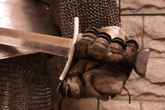 Espada en una mano del caballero Fotografía de archivo