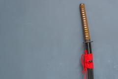 Espada japonesa do katana com fundo do concreto do sótão Imagens de Stock Royalty Free