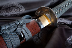 Espada japonesa en la seda Foto de archivo