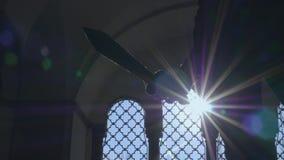 Espada sostenida por una estatua almacen de metraje de vídeo