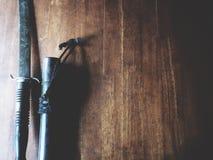 Espada tailandesa en la tabla de madera imágenes de archivo libres de regalías
