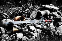 Espada y daga antiguas en el paisaje natural Imagen de archivo