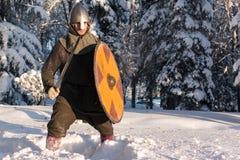 Espadachín en el bosque del invierno en armadura histórica Imágenes de archivo libres de regalías