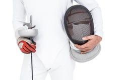 Espadachín que sostiene la máscara y la espada de cercado Fotografía de archivo