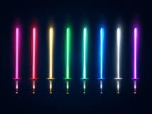 Espadas da luz de néon ajustadas Coleção de incandescência dos sabres isolada no fundo escuro Elementos luminosos da arma para o  Fotografia de Stock