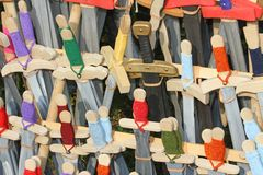 Espadas de madeira em uma loja medieval Fotografia de Stock Royalty Free