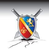 Espadas e protetor medievais em terra rachada Foto de Stock Royalty Free