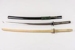 Espadas japonesas do treinamento para o iaido e o kendo, o aço e a madeira Fotos de Stock