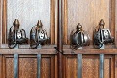 Espadas medievales en un estante de madera Foto de archivo