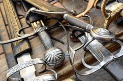 Espadas medievales en una tabla de madera Imágenes de archivo libres de regalías