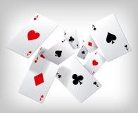 Espadas reales del flash del casino de las tarjetas que juegan El póker aces el vuelo en fondo gris Modelo del cartel Fotos de archivo