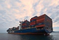 Espadim da CGM de CMA do navio de recipiente que está nas estradas na âncora Louro de Nakhodka Mar do leste (de Japão) 02 08 2015 Fotografia de Stock