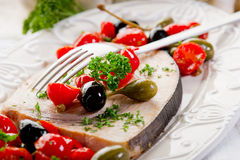 Espadons avec des câpres de tomates Photographie stock libre de droits
