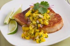Espadons avec le Salsa de mangue Image stock