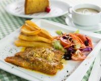 Espadons cuits au four avec de la sauce crémeuse Photographie stock libre de droits