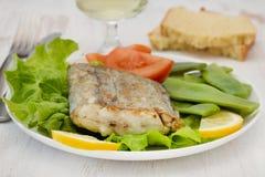 Espadons frits avec de la salade Photos libres de droits