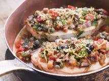 Espadons siciliens cuits au four dans un carter de cuivre Photo libre de droits
