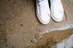 Espadrille blanche sur la plage Images stock