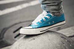 Espadrille bleue, pied d'adolescent dans le milieu urbain Images libres de droits