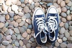 Espadrille bleue sur le plancher en pierre, vue supérieure Image stock