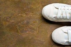Espadrille confortable de toile sur le grès Photos libres de droits