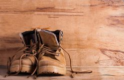Espadrille de Brown sur le bureau en bois Image libre de droits