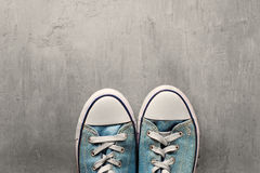 Espadrille de deux bleus sur un fond concret propre Image stock