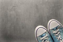 Espadrille de deux bleus sur un fond concret propre Photo stock