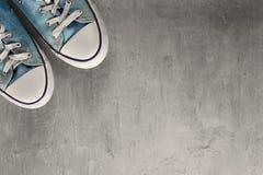 Espadrille de deux bleus sur un fond concret propre Photos stock