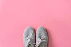 Espadrille de femmes d'isolement sur le fond rose Photos stock