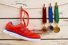 Espadrille et médailles sur la corde à linge Image stock