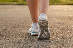 Espadrille femelle de jambes Images stock
