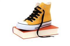 Espadrille jaune sur le livre Image libre de droits