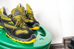 Espadrille moderne sans marque dans le gymnase Noir-jaune Chaussures confortables Images libres de droits