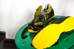 Espadrille moderne sans marque dans le gymnase Noir-jaune Chaussures confortables Image libre de droits