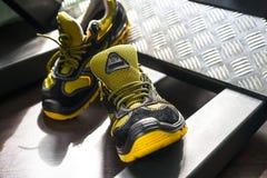Espadrille moderne sans marque dans le gymnase Noir-jaune Chaussures confortables Image stock