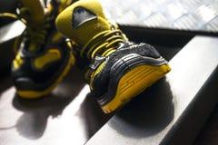 Espadrille moderne sans marque dans le gymnase Noir-jaune Chaussures confortables Photos stock