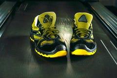 Espadrille moderne sans marque dans le gymnase Noir-jaune Chaussures confortables Photo stock