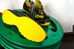 Espadrille moderne sans marque dans le gymnase Noir-jaune Chaussures confortables Images stock