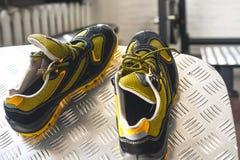 Espadrille moderne sans marque dans le gymnase Noir-jaune Chaussures confortables photos libres de droits