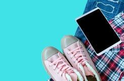 Espadrille rose, chemise de Scott, treillis déchiré, Smart-téléphone d'isolement sur le bl Photos stock