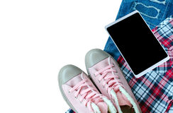 Espadrille rose, chemise de Scott, treillis déchiré, Smart-téléphone d'isolement sur le wh Photos libres de droits