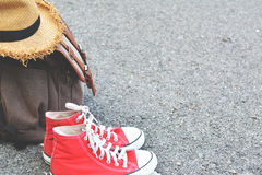 Espadrille rouge de sac de Brown avec le chapeau sur le Ba d'accessoires de fond de route Photos libres de droits